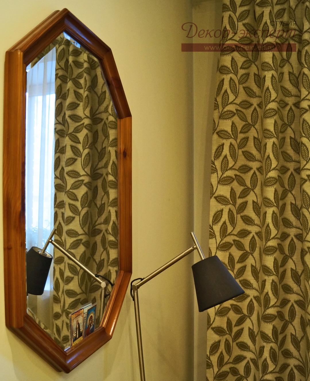Отражение фрагмента штор в зеркале.