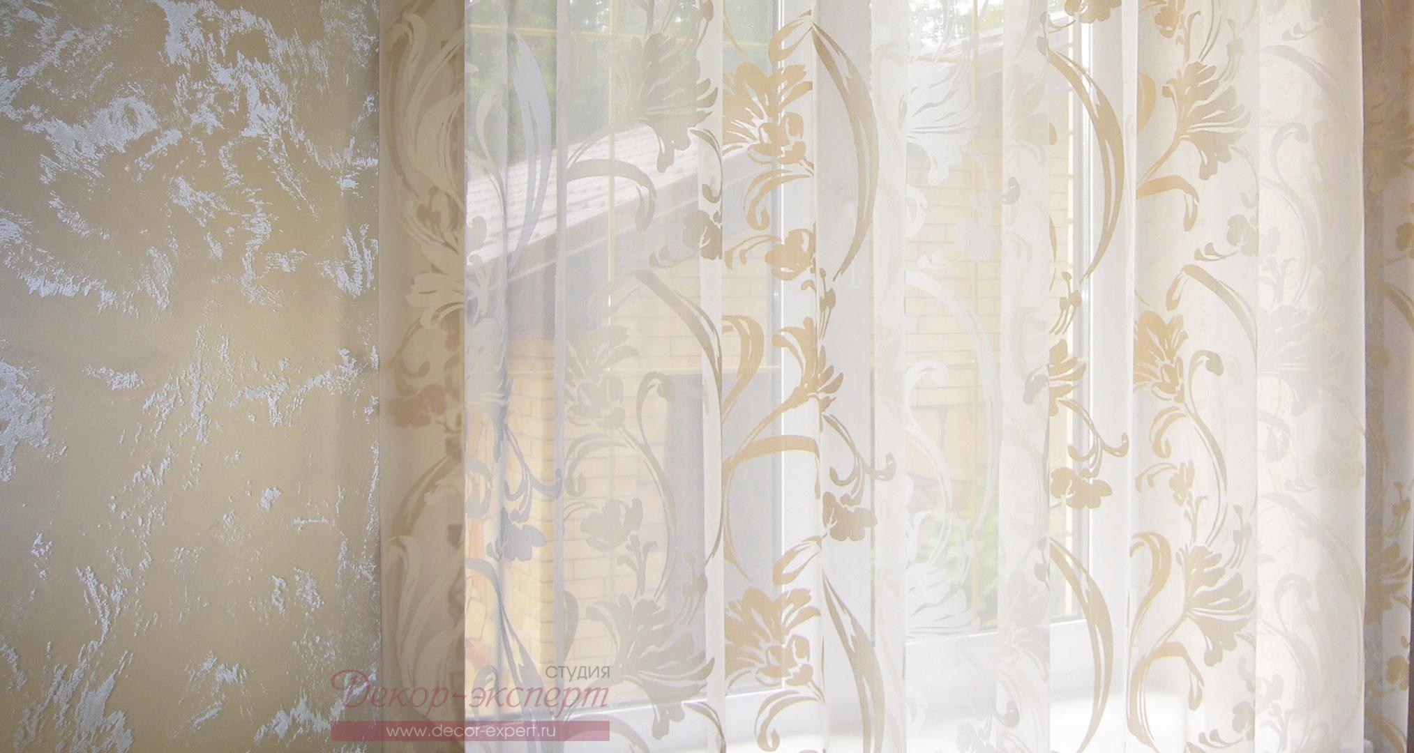 Фото-90. Сочетание декоративной штукатурки на стене и органзы деворе с узором в виде цветов и листьев.