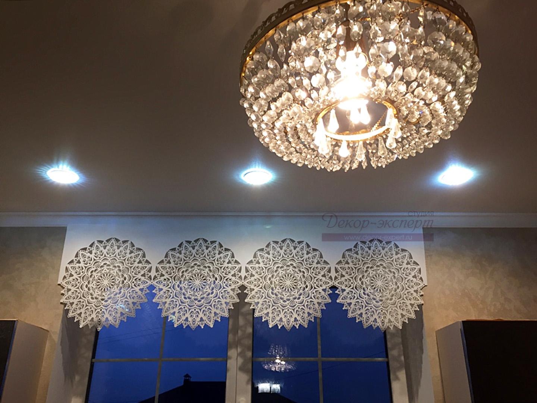 Кружевной ажурный ламбрекен фото в интерьере кухни заказчика.