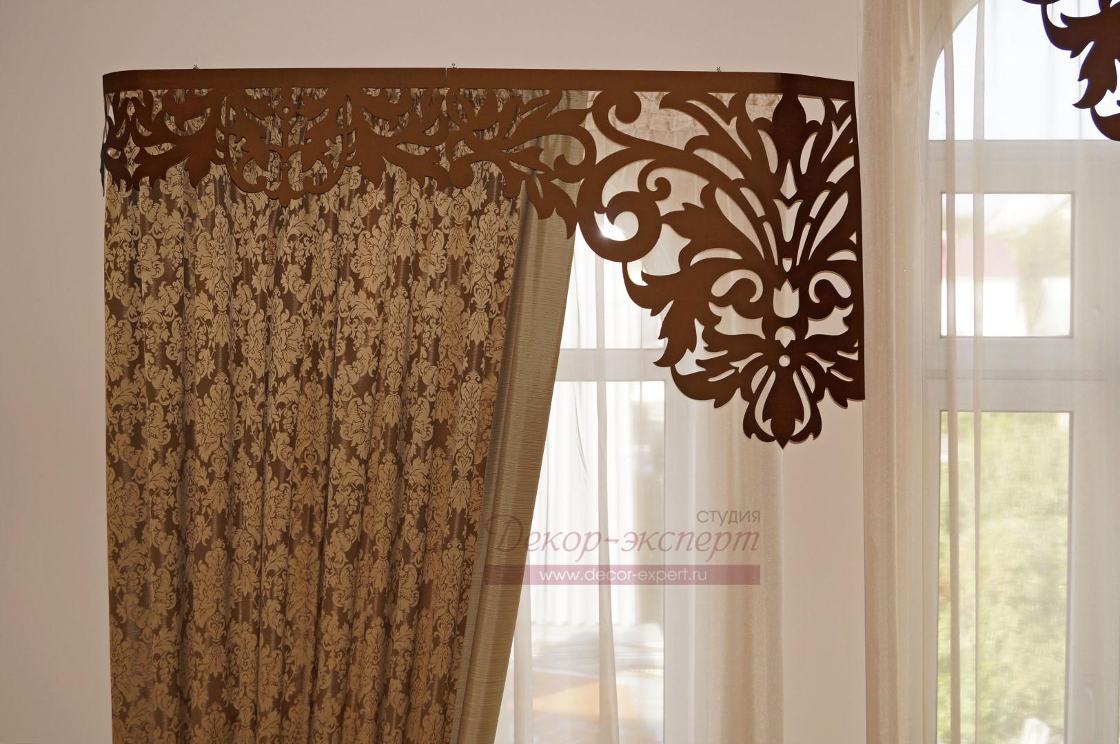 Фрагмент штор с ламбрекеном Дамаск на левом окне у лестницы. на второй этаж частного дома.