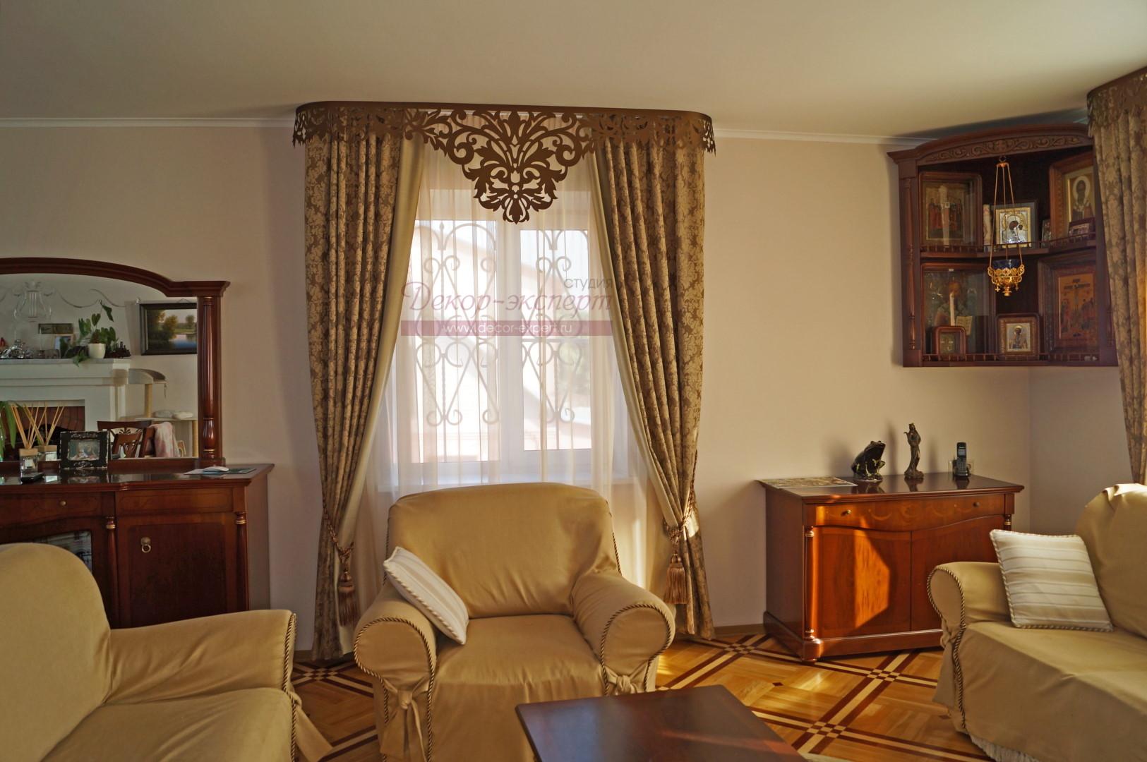 Левое окно гостиной с ажурным ламбрекеном Дамаск в лучах заходящего Солнца.