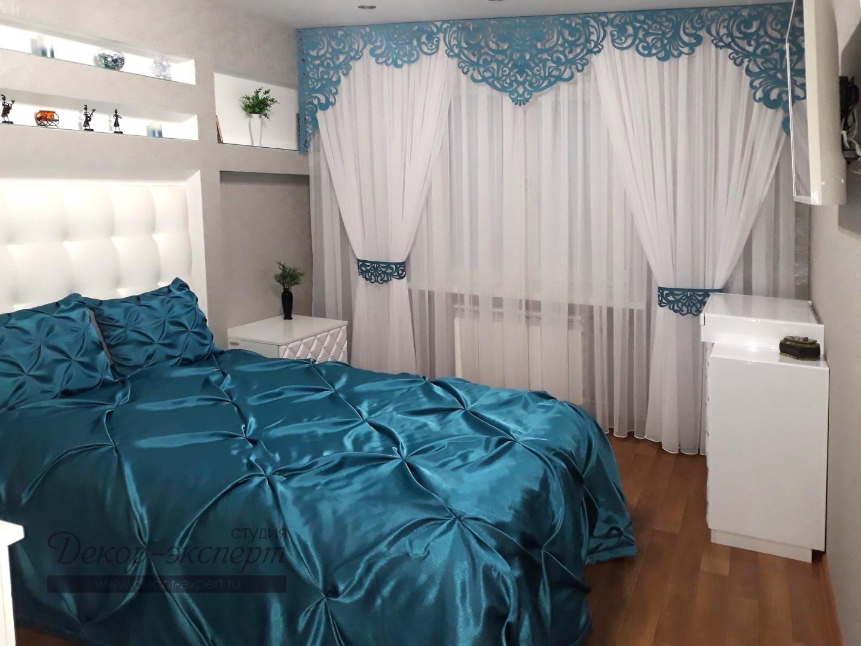 Общий вид на покрывало с подушками и шторы с ажурным ламбрекеном в спальне у Жанны, нашей заказчицы из Барнаула.