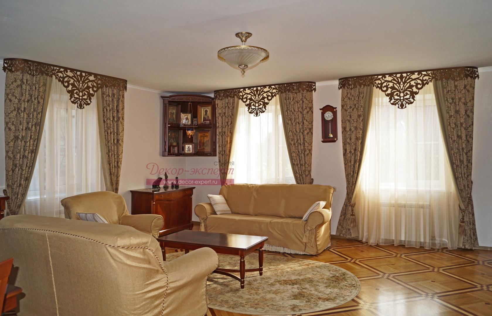 Общий вид на три окна со шторами и ажурными ламбрекенами в гостиной.