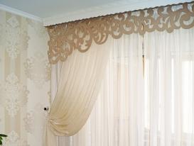 Фото-37.Дизайн ажурного ламбрекена я подбирала под дамаски на обоях в гостиной комнате.