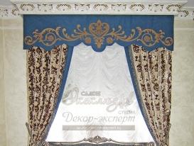 """Фото-97. Текстильный декор окна с ажурными термоклеевыми элементами, выполненными способом лазерной резки, на гладком ламбрекене.Салон """"Эксклюзив"""", Казахстан."""