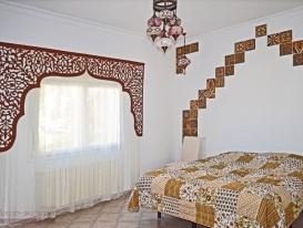 Фото-194. Арочный ажурный ламбрекен в восточном стиле для спальни на вилле в Испании.