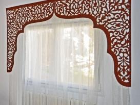 Фото-193. Арочный ажурный ламбрекен в восточном стиле в комбинации с тюлем.