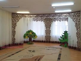 Композиция из наших ажурных ламбрекенов в оформлении музыкального зала детского сада в Подмосковье.