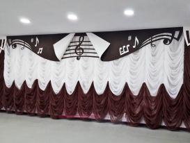 Центральная часть ламбрекена и французская штора в оформлении задника сцены.