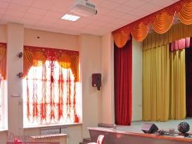 dekor-na-okne-v-zritelnom-zale-i-fragment-odezhdy-sceny-01