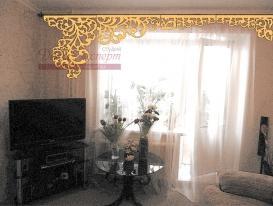 Фото-10. Наложение эскиза ажурного ламбрекена в соответствующем масштабе на фото интерьера. Труба теплоснабжения максимально закрыта, доступ к балкону есть. Вариант сделан для отправки по e-mail в Новосибирск и согласования с заказчицей перед выполнением проекта.