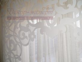 Фото-48. Фрагмент большого ажурного ламбрекена для арочного окна, выполненный методом термо-аппликации, отвеска перед отправкой партнерам в Уфу.