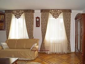 Классические шторы с кантом и ажурным ламбрекеном Дамаск в гостиной дома в Тольятти.