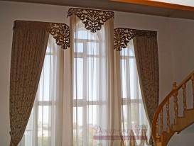 Классические шторы с кантом и ажурным ламбрекеном у лестницы. Фрагмент.