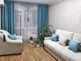 Комплект штор из ткани блэкаут  с ажурным ламбрекеном Марсель в интерьере гостиной Людмилы из Тольятти.