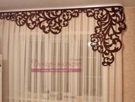 Фото-171. Ажурный ламбрекен коричневого цвета в декоре окна на кухне.