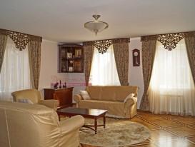 Общий вид на три окна со шторами в гостиной.