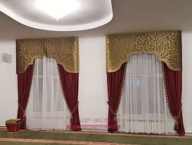 Фото-200. Шторы с ажурным ламбрекеном в красном зале мечети на втором этаже в Омске.