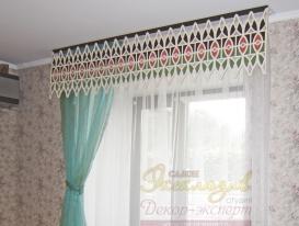 Фото-155. Левое окно кухни с витражным ажурным ламбрекеном. Хорошо видна коричневая решётка на радиаторе отопления.