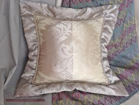 Декоративная подушка зеркальный Дамаск с объёмным кантом.