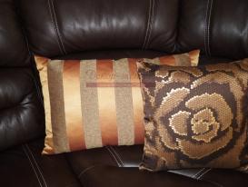 Фото-06. Декоративные подушки на диване в гостиной комнате.