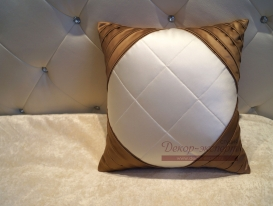 Декоративная подушка с угловыми кантами.