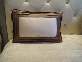 Декоративная подушка со сложным кантои.