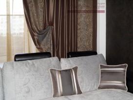 Декоративные подушки с отделкой шнуром в гостиной.