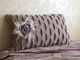 Декоративная подушка с объёмной вязкой, серая с розой.