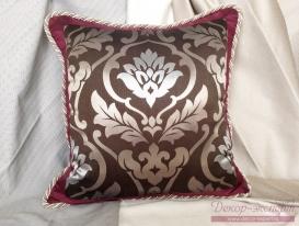 Подушка серебристый Дамаск с отделкой декоративным шнуром.