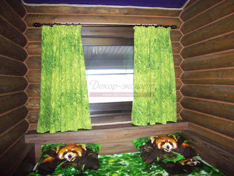 Деревенские шторы на круглом деревянном карнизе в спальне.
