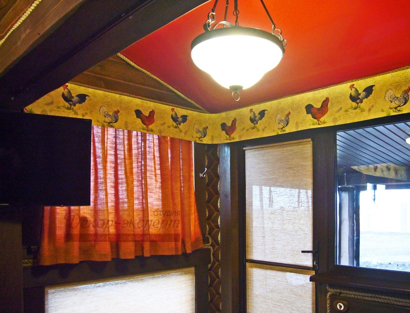 Рулонная штора на верхней части двери поднимается. На нижней части рулонная штора статичная.
