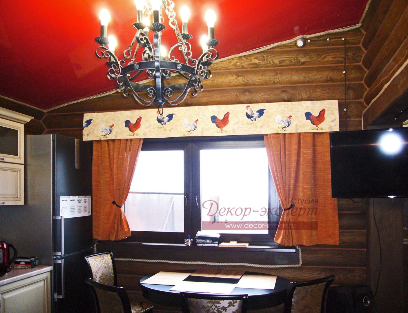 Шторы для охотничьего домика в кухонной зоне выполнены в деревенском стиле.