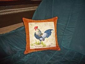 Декоративная подушка из основной ткани с кантом завершает декор охотничьего домика.