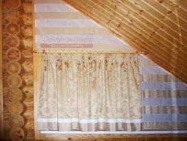 Римские шторы на нестандартном треугольном окне в комбинации со шторой на круглом деревянном карнизе.