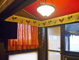 Фото-22. Рулонная штора на верхней части двери поднимается. На нижней части рулонная штора статичная.