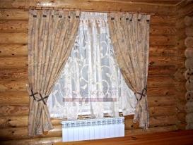 Деревенская штора в гостиной загородного дома.