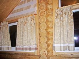 Шторы на нестандартных окнах в загородном доме.