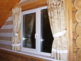 Шторы на нестандартные окна в загородном доме.
