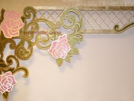 """Ажурный ламбрекен """"Испанская роза-5"""" ткань бархат и розовый софт, фрагмент."""