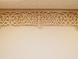 """Ажурный ламбрекен """"Византия"""" с прямоугольной центральной частью и типовыми угловыми элементами."""