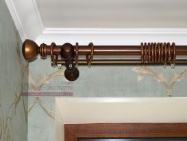 Фото-10. Круглый деревянный карниз цвета орех с золотистой патиной. Металлическая добавочная планка сзади предназначена для навески тюля.