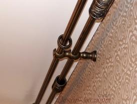 Фото-3. Круглый деревянный карниз цвета венге сзолотой патиной. Вид снизу.