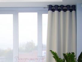 Фото-11. Круглый металлический карниз цвет матовое серебро. Левая часть закреплена на потолке, правая часть торцом закреплена на стене.