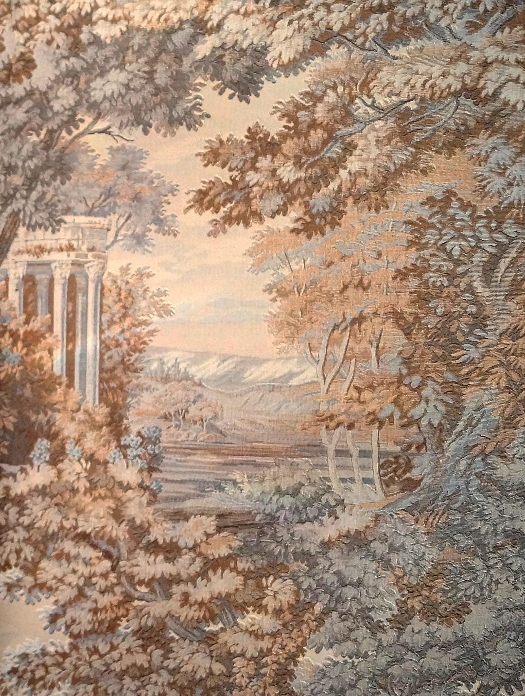 Фрагмент обоев на стене с имитацией английских гобеленов.