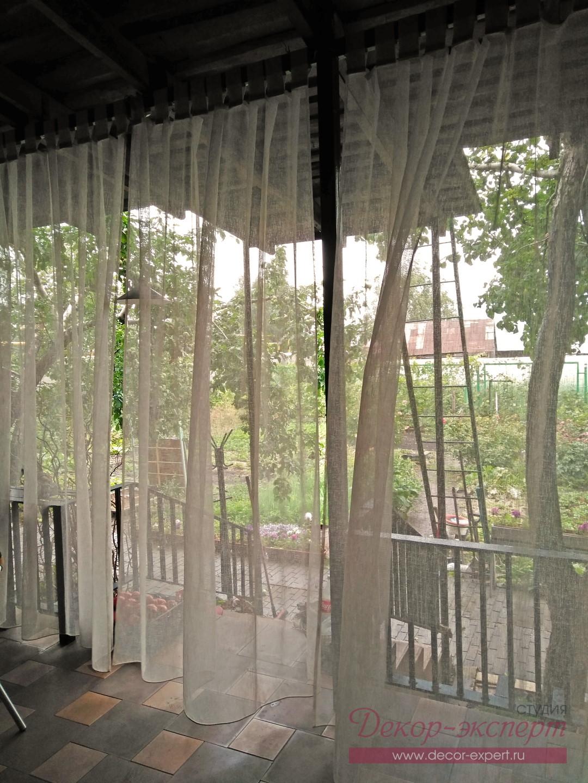 Лёгкие шторы под крышей веранды, вид изнутри.
