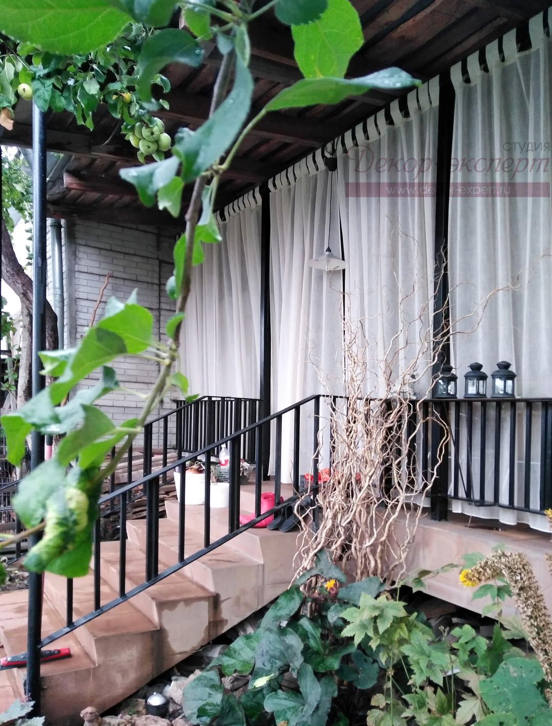 Лёгкие шторы в свободном состоянии, вид на веранду с внешней стороны.
