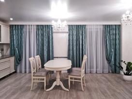 Общий вид столовой комнаты с подхваченными шторами. И да, шторы можно немного раздвинуть и открыть кондиционер.