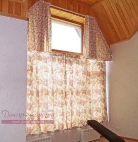 Шторы на карнизах в два уровня для сложного окна в проекте декора окна для бани. Дизайнер Светлана Никитина.