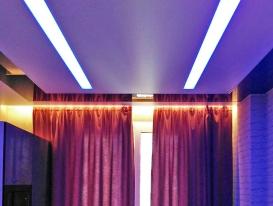 Ощий вид штор натяжного потолка и встроенных светильников.